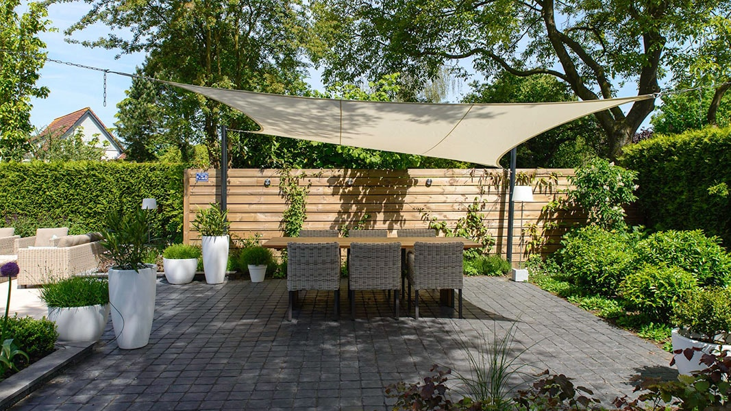 Dutch Quality Gardens Visio Vireo Contrastrijke Moderne Tuin Met Schaduwdoek In Steenbergen 5