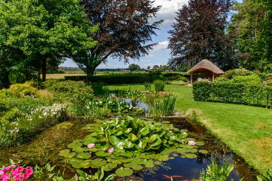 Tuinvoorbeeld Groene Tuin Met Houten Overkapping De Brinker Tuinen 11