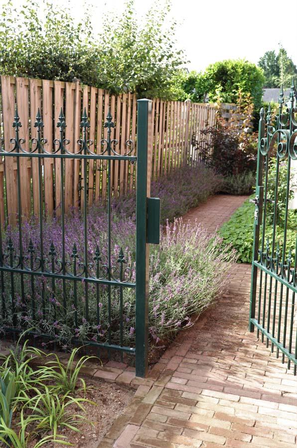 formele tuin met gevarieerde beplanting (4)
