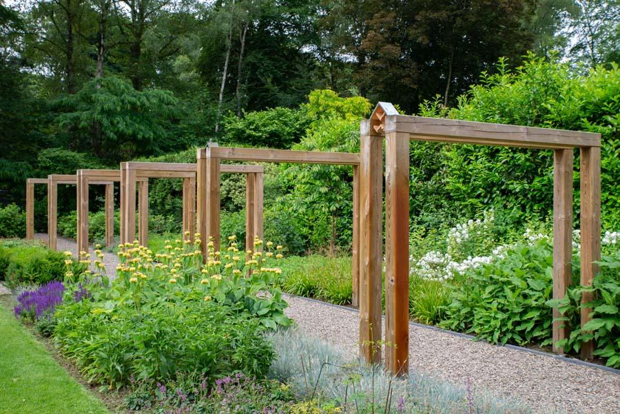 groene natuurlijke tuin met pergola (10)