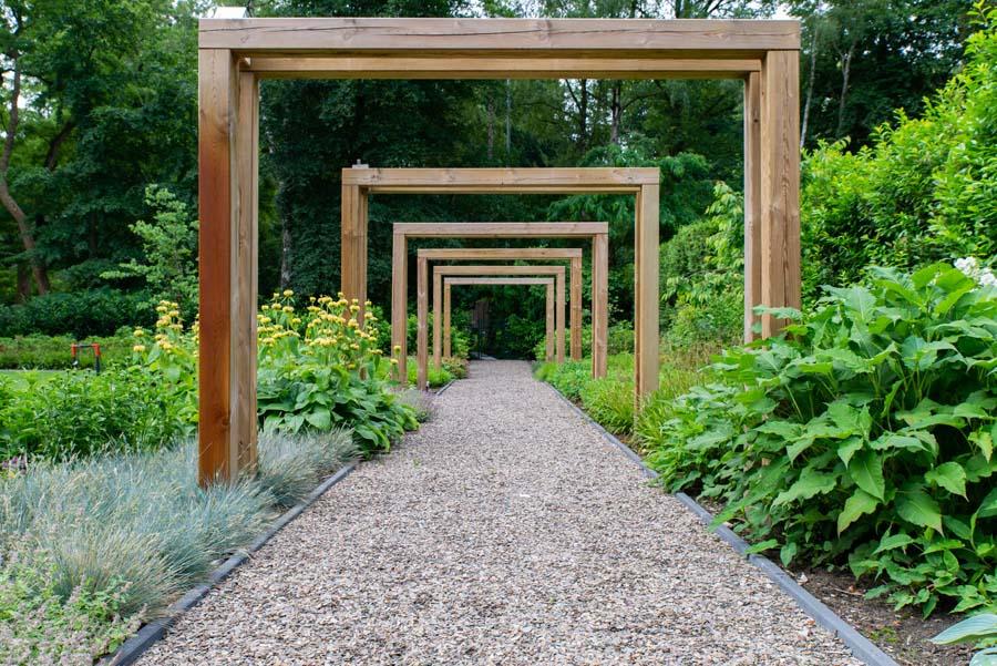 groene natuurlijke tuin met pergola (15)