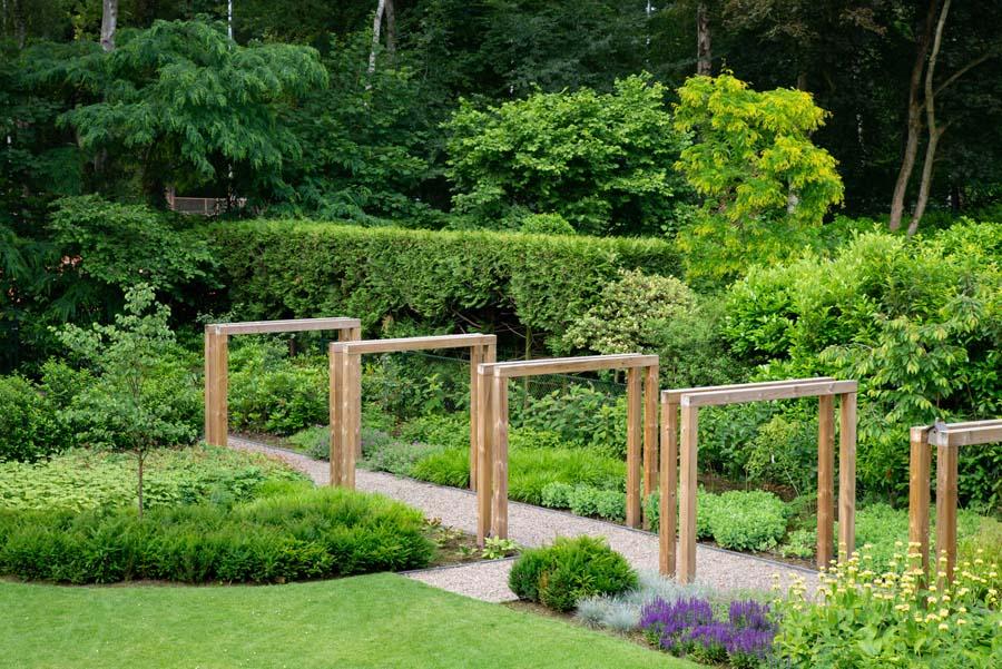 groene natuurlijke tuin met pergola (18)