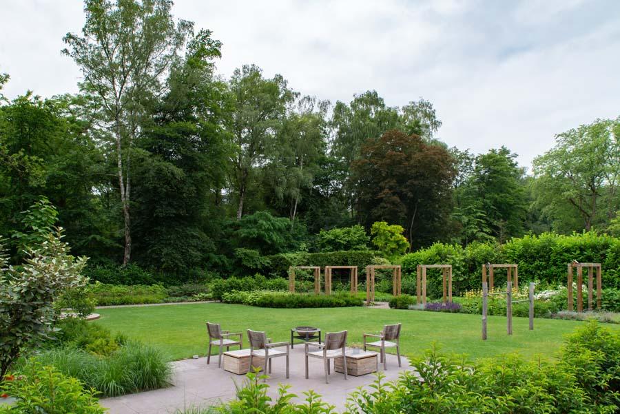 groene natuurlijke tuin met pergola (19)