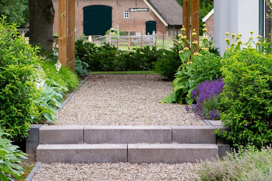 groene natuurlijke tuin met pergola (4)