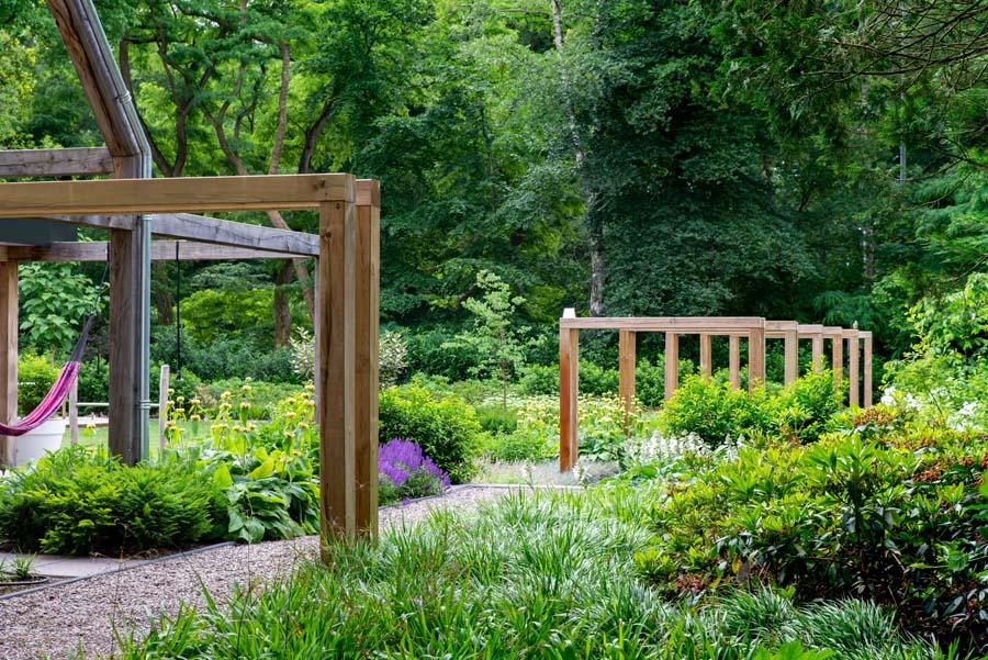 groene natuurlijke tuin met pergola (9)