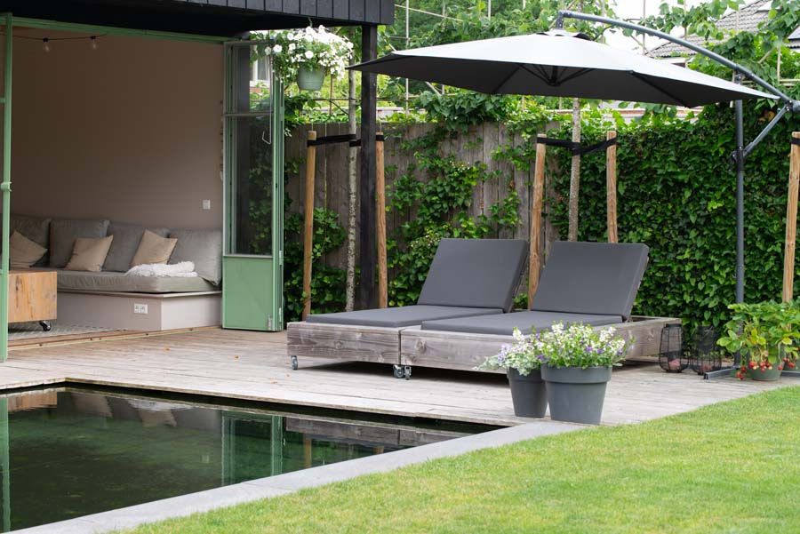 groene tuin met zwemvijver en overkapping (2)